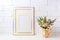 Goud verfraaid kadermodel met kamille en gras in gouden v Stock Afbeeldingen