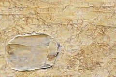 Goud verfrommelde achtergrond met gouden slag stock foto
