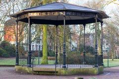 Gouda, Holanda Meridional/los Países Bajos - 31 de marzo de 2018: Viejo e histórico soporte de banda vacío en parque de la ciudad imagen de archivo