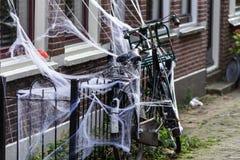 Gouda Holandia holandie,/- Październik 27 2018: Dekorujący rower dla Halloween fotografia stock