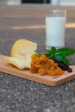 Gouda-Käse mit Trockenfrüchten Stockfotografie
