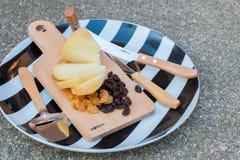 Gouda-Käse mit Trockenfrüchten Lizenzfreie Stockbilder