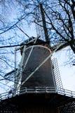 Gouda, l'Olanda Meridionale/Paesi Bassi - 20 gennaio 2019: Immagine di vecchio mulino a vento accanto al parco della città preso  immagini stock