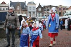 Gouda - Nederländerna - april 5th 2018 - start av den touristic ostmarknaden med barn och gamla bönder och cheesemakers till demo royaltyfri bild
