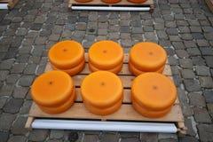 Gouda - Nederländerna - april 5th 2018 - start av den touristic ostmarknaden med barn och gamla bönder och cheesemakers till demo Arkivbild
