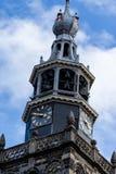 Gouda, Sul-Holanda/Países Baixos - 27 de outubro de 2018: Pulso de disparo do St Jan Church e torre de sino com o céu azul nublad fotografia de stock royalty free