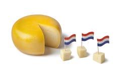 Goudakäse mit holländischen Markierungsfahnen Lizenzfreies Stockfoto