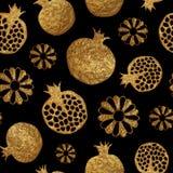 Gouden abstract granaatappel en bloemenpatroon De hand schilderde naadloze achtergrond Royalty-vrije Stock Foto's
