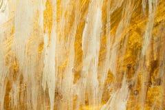 Gouden acrylverftextuur en witte achtergrond stock afbeeldingen