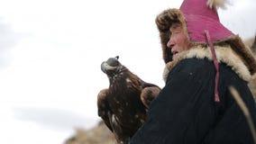 Gouden adelaar en nomade op de jacht stock videobeelden