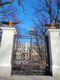 Gouden adelaars op de pijlers en de poort stock foto's