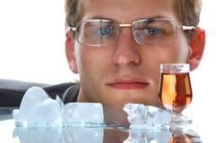 Gouden alcoholdrank met ijs Royalty-vrije Stock Afbeelding