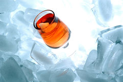 Gouden alcoholdrank met ijs Stock Foto's