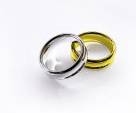 Gouden & zilveren geïsoleerde ringen Royalty-vrije Stock Foto's