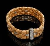 Gouden armband met diamanten Stock Foto's