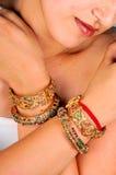 Gouden armbanden en armbanden Stock Foto's