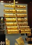 Gouden armbanden en halsband in winkel Royalty-vrije Stock Fotografie