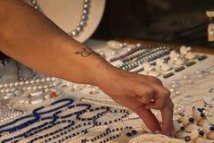 Gouden armbanden en halsband in winkel Royalty-vrije Stock Foto's