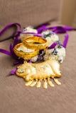 Gouden armbanden voor Chinees huwelijk Stock Afbeeldingen