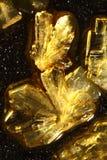 Gouden ascorbinezuurkristallen royalty-vrije stock afbeeldingen