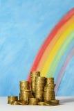 Gouden Australische dollarmuntstukken tegen een blauwe hemel en regenboogrug Royalty-vrije Stock Foto