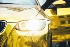 Gouden auto Royalty-vrije Stock Foto's