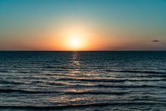 Gouden avond op strand stock fotografie