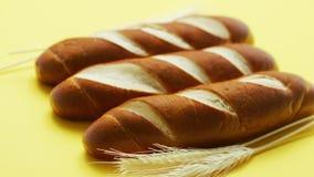 Gouden baguettes en tarweoren stock video
