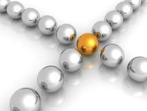 Gouden bal in centrum van vele metaalballen Royalty-vrije Stock Foto