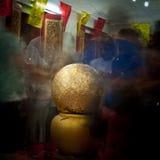 Gouden bal in nieuwe tempel Thaise cultuurtraditie stock afbeelding