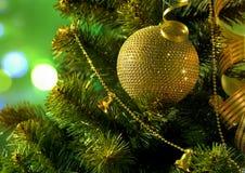 Gouden bal op de Kerstboomtak Royalty-vrije Stock Foto's