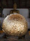 Gouden bal van bladgouden die in Boeddhistische tempel herstellen Royalty-vrije Stock Afbeelding