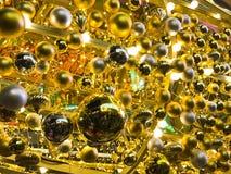 Gouden ballons die op plafond van de zaal drijven royalty-vrije stock fotografie