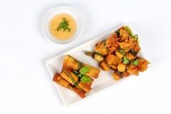 Gouden bar en gouden die zakvoedsel met zoete saus wordt gediend Stock Foto's