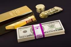 Gouden bar en muntstukken op zwarte Royalty-vrije Stock Foto's
