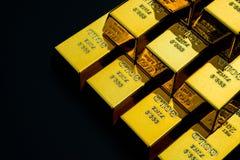 Gouden bar op zwarte Royalty-vrije Stock Afbeeldingen