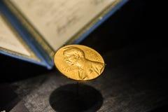 Gouden beeld van de Nobelprijs Stock Foto