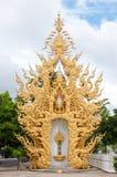 Gouden beeldhouwwerk in Chiangrai, Thailand. Stock Foto