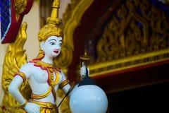 Gouden beeldhouwwerk, een rij die van de standbeelden van Boedha, lantaarns houden Hua Hin thailand Stock Foto