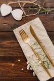 Gouden Bestek op linnenservet Rustieke houten achtergrond met lijstreeks royalty-vrije stock foto