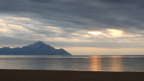 Gouden Bezinning over het Stille Overzees na Onweer Royalty-vrije Stock Afbeeldingen