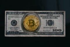 Gouden bitcoin bovenop oude dollarrekening met zwarte achtergrond, Stock Afbeelding