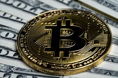 Gouden Bitcoin-Crypto muntmuntstuk op Amerikaanse dollarbankbiljetten Royalty-vrije Stock Afbeelding