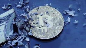 Gouden Bitcoin in de as van gebrande rekeningen stock videobeelden