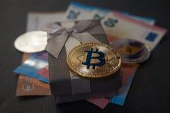 Gouden bitcoin die op de giftdoos liggen stock foto