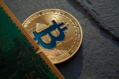 Gouden bitcoin die op de steenachtergrond liggen royalty-vrije stock fotografie