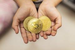 Gouden bitcoin digitale munt, digitaal geld, technologiewereldwijd netwerk stock afbeelding