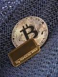 Gouden Bitcoin en gouden bar Stock Foto's