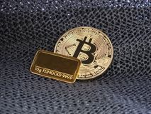 Gouden Bitcoin en gouden bar Stock Foto