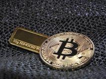 Gouden Bitcoin en gouden bar Stock Afbeeldingen